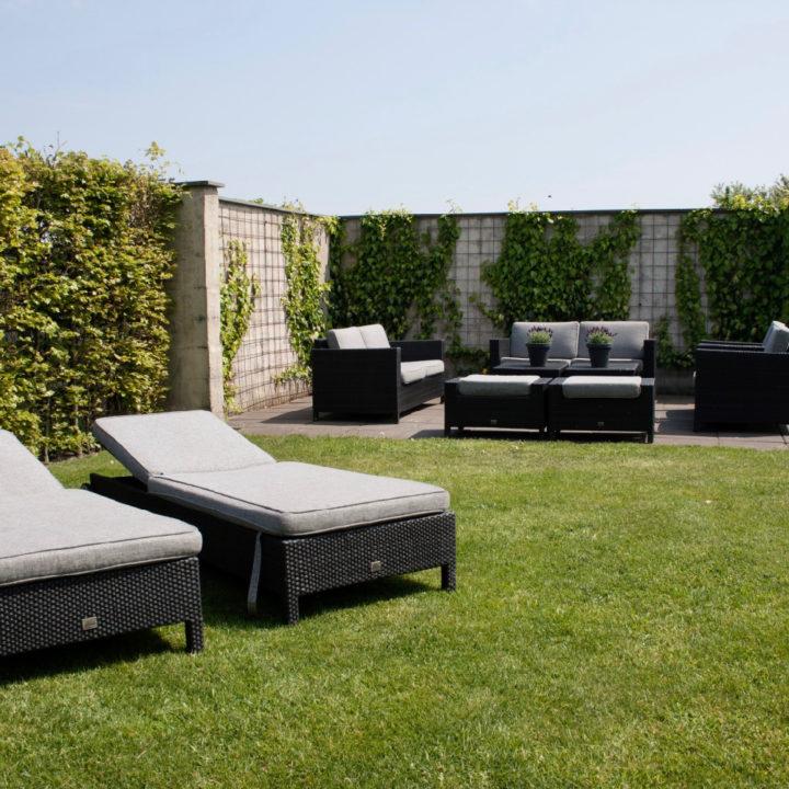 Ligstoelen en loungeset op het gras