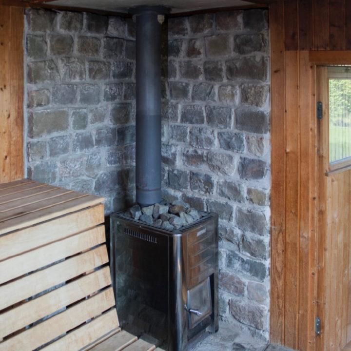 Sauna met houten banken