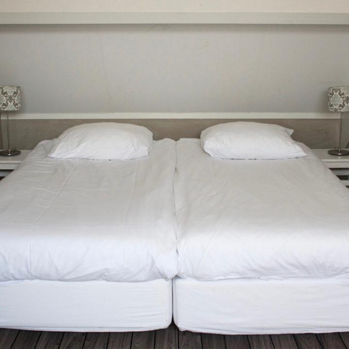 Witte bedden onder schuin dak