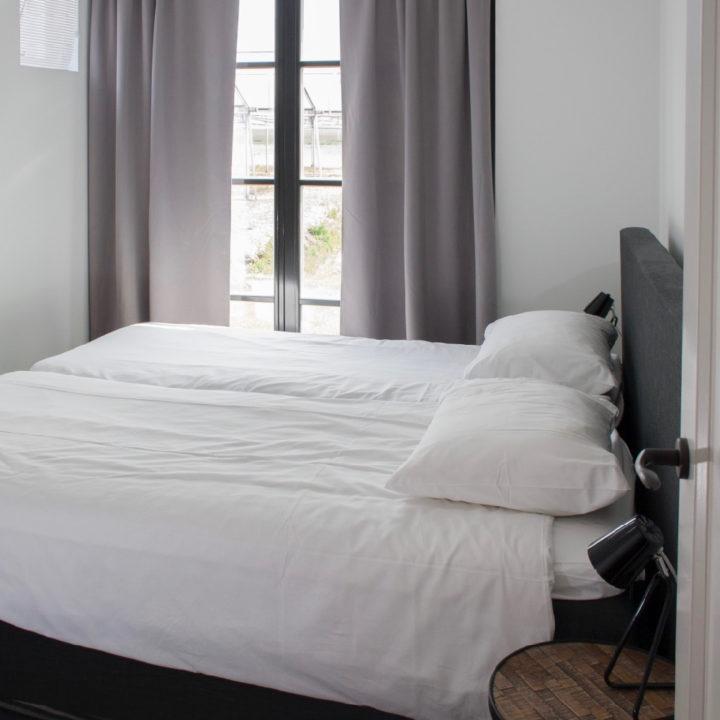 Tweepersoons slaapkamer met tuindeuren