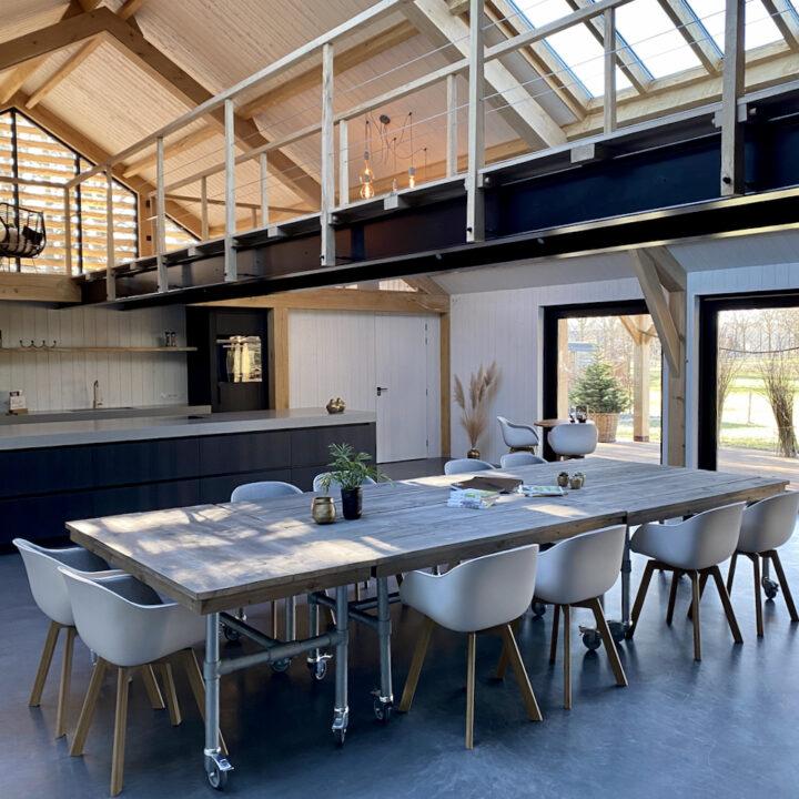 Lange eettafel in de luxe loft