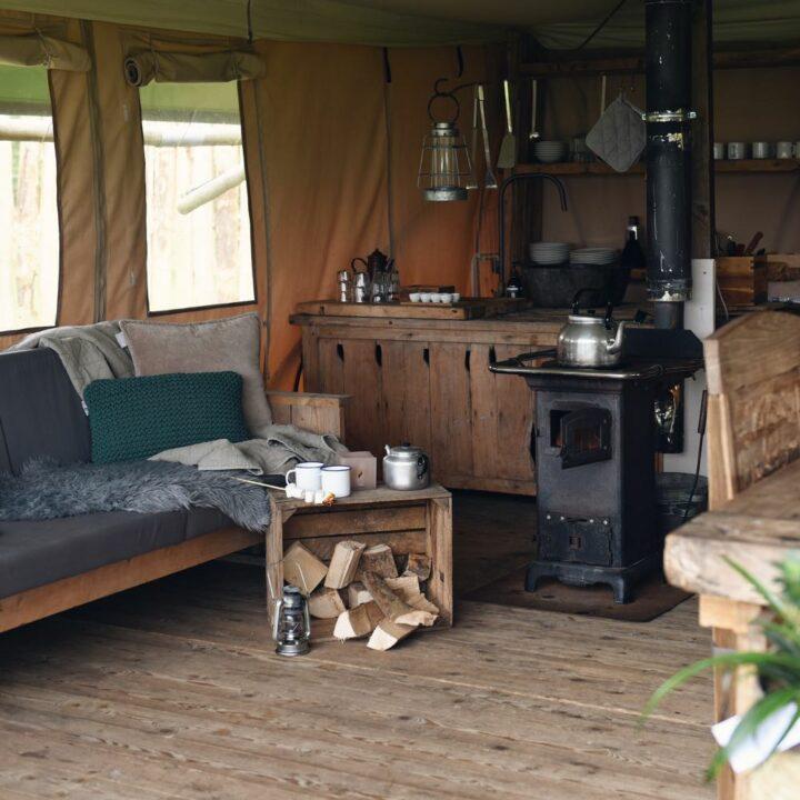 Zithoek met houtkachel in de safaritent