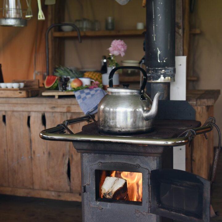 Water koken op een ouderwetse houtkachel