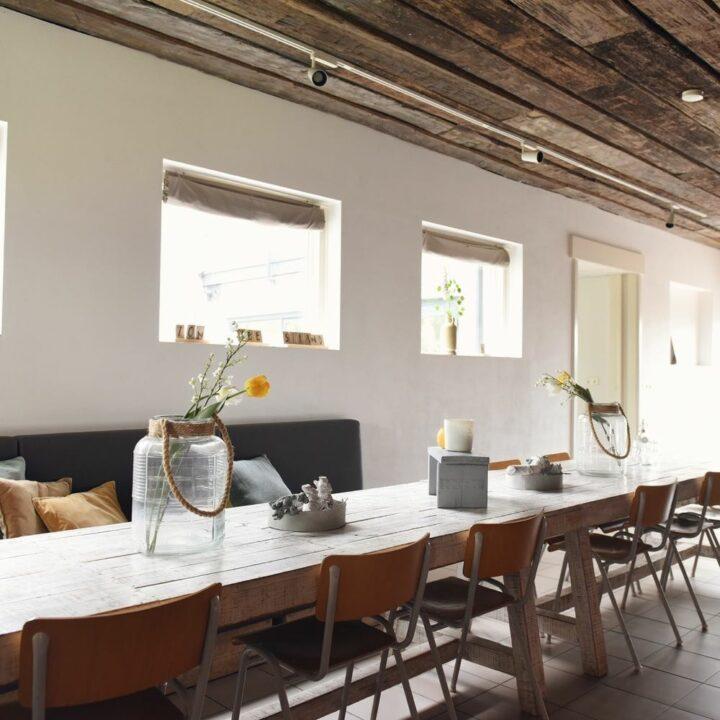 Lange eettafel in de groepsaccommodatie in Callantsoog