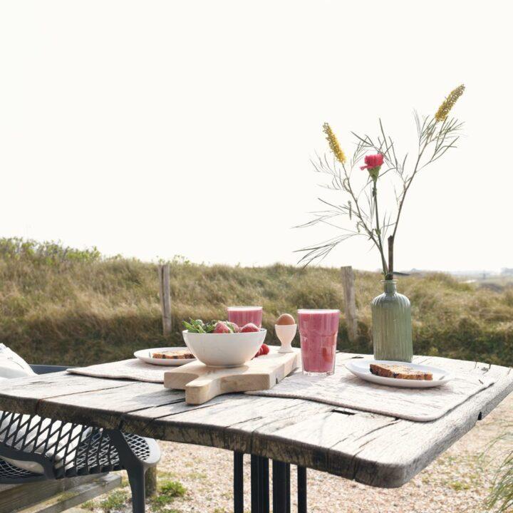 Ontbijt buiten, aan de rand van de duinen