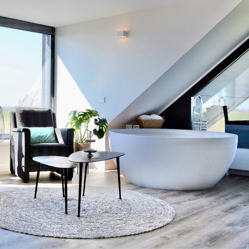 Vrijstaand design bad in de lichte zonnige suite