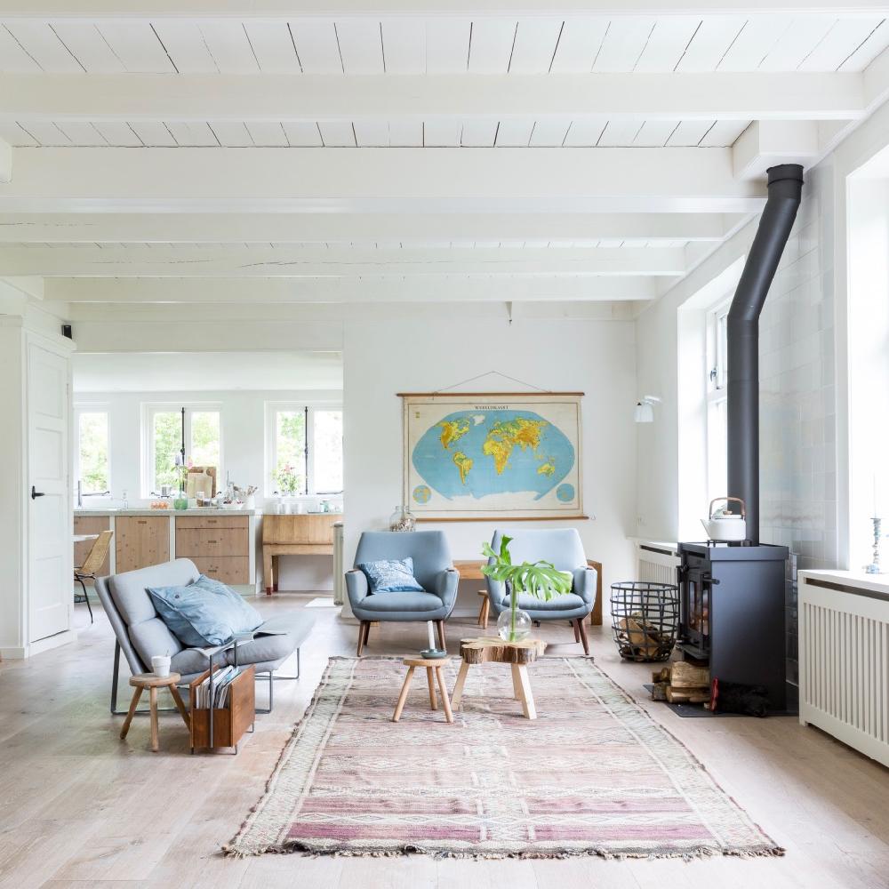 Lichte Scandinavisch ingerichte woonkamer met houtkachel in het vakantiehuis