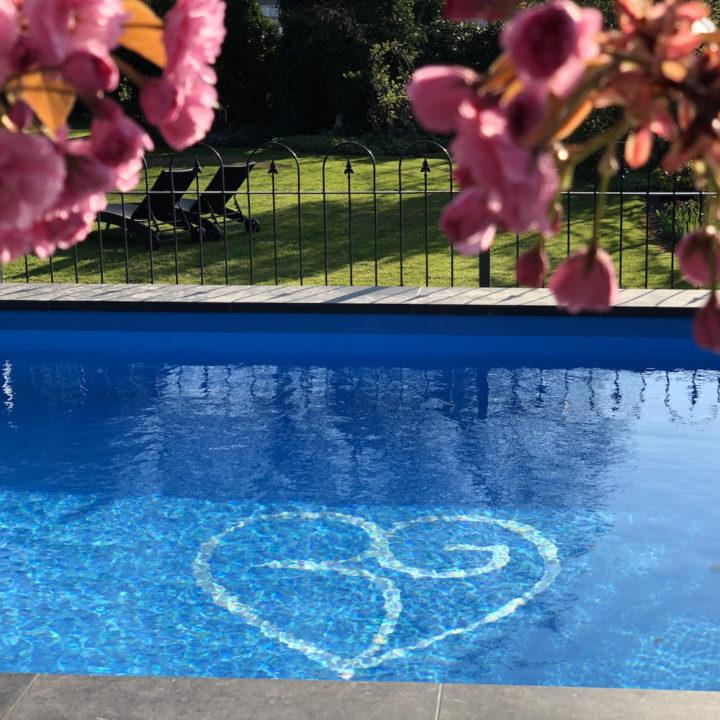 Zwembad met op de bodem het logo BG