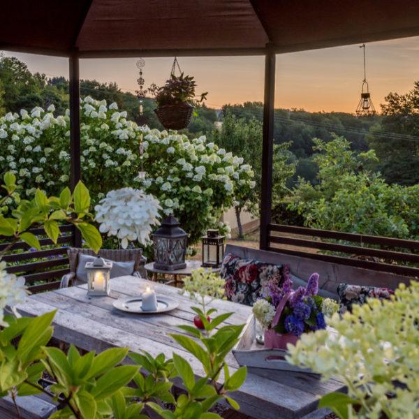 Overdekt terras met zicht op de zonsondergang