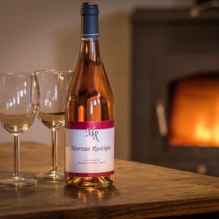 Fles rosé voor brandende haard