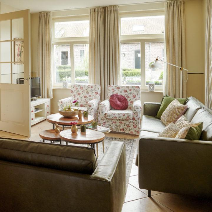 Ruime woonkamer met twee banken en twee fauteuils