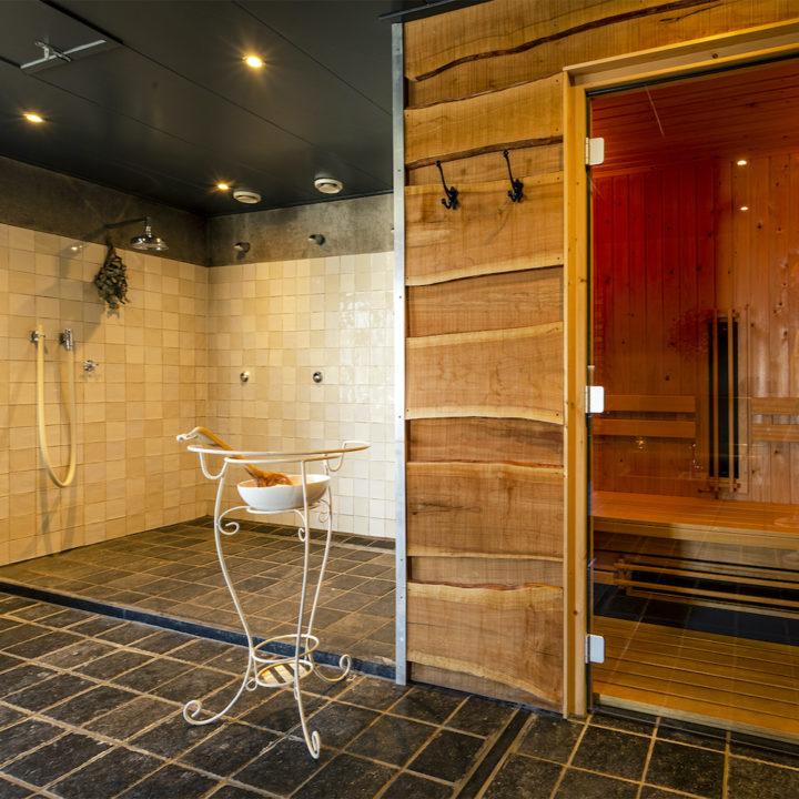Sauna en douches bij de privé wellness