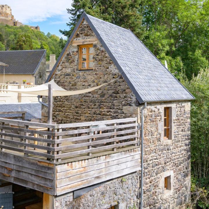 Een vakantiehuis midden in een dorp in de Auvergne