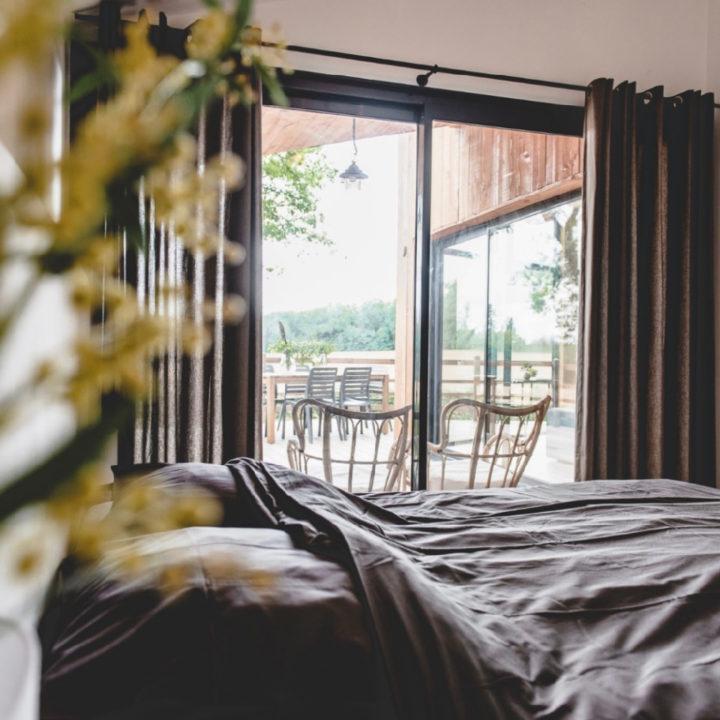 Slaapkamer met schuifdeuren naar het terras