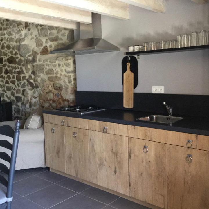 Houten keuken met zwart aanrechtblad