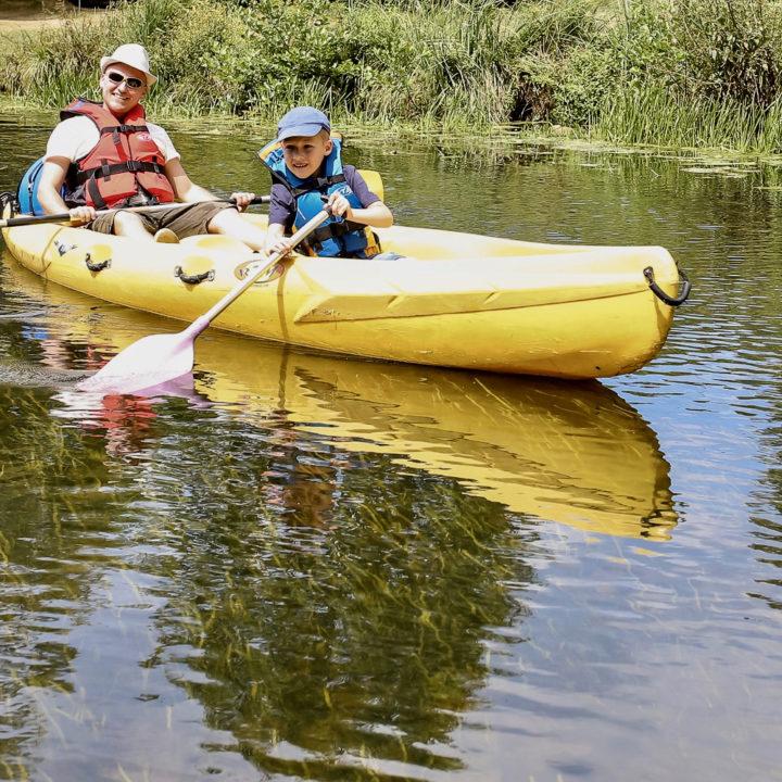 Een gele kano met een vader en zoon