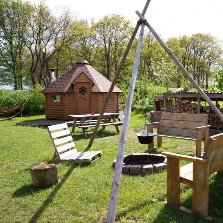Veldje met een Finse Kota, een hangmat en een vuurplaats