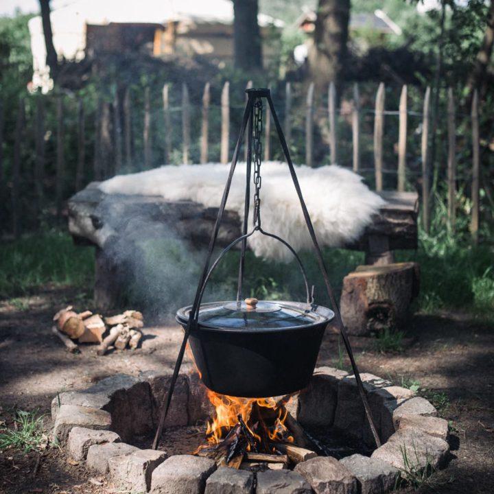 Dampende vuurpot boven een vuurtje
