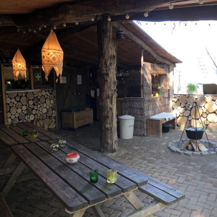 Overdekt terras met picknicktafels en vuurplaats