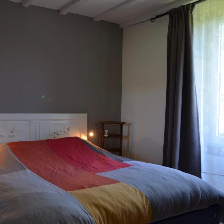 Een van de gites van 3Etangs, met een opgemaakt bed voor openslaande deuren