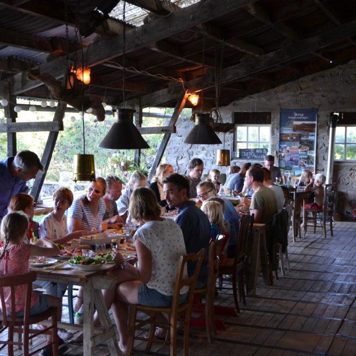Lange tafel met vakantiegangers die samen eten
