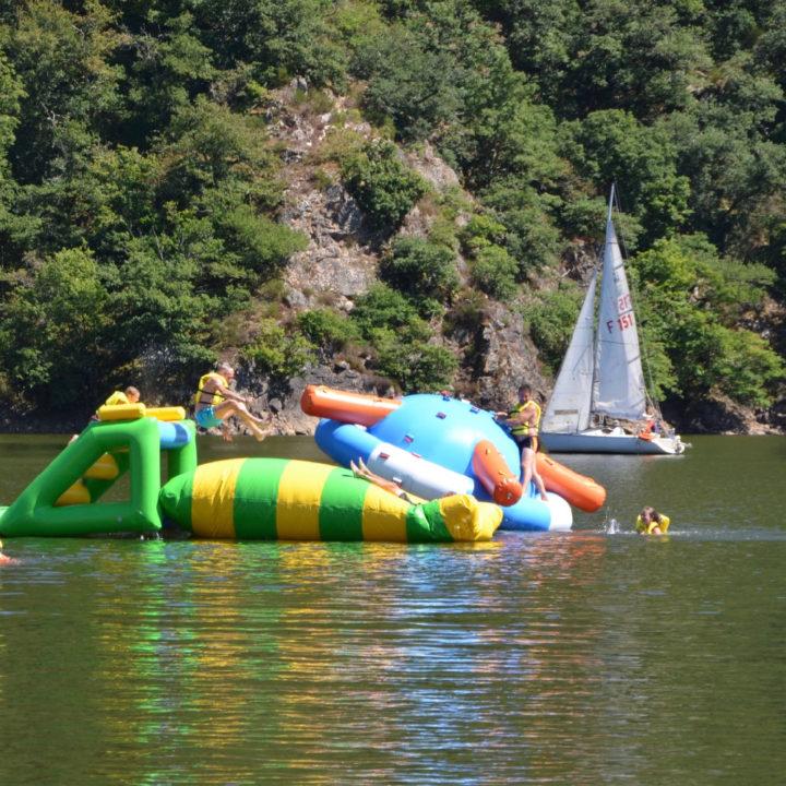 Een zwemmeer met opblaas speelpret