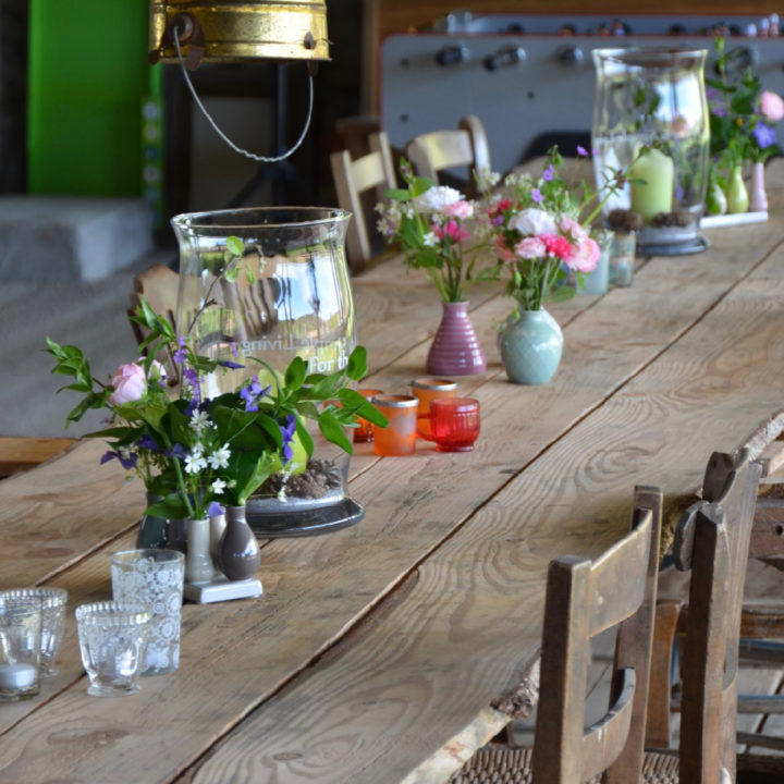 Lange eettafel voor de gasten