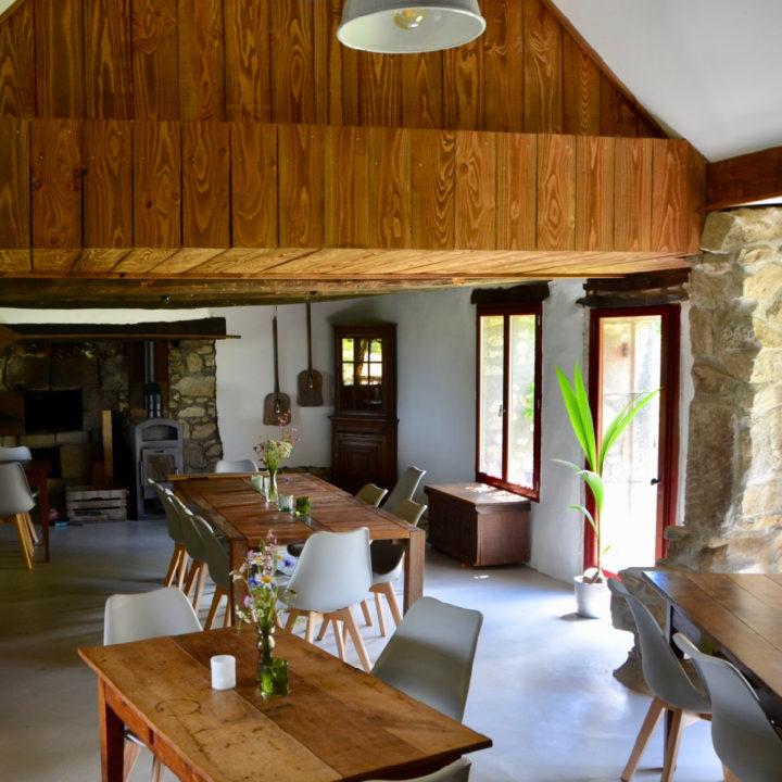 Gastenruimte met lange tafels