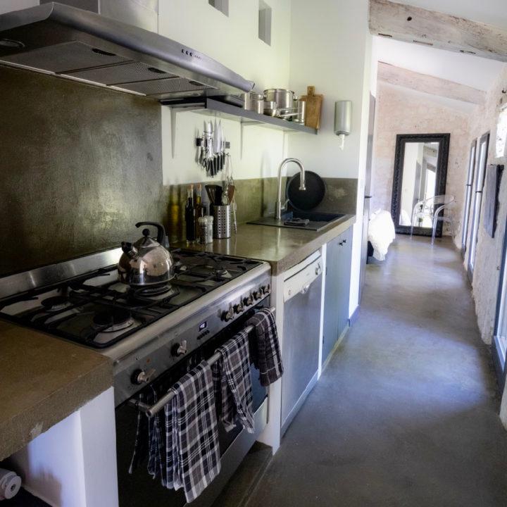 De vakantiewoningen beschikken alledrie over een volledig en luxe uitgeruste keuken.