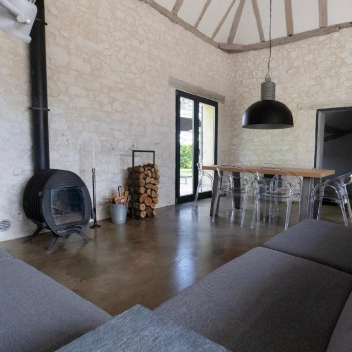 Het 6-persoons huis is industrieel ingericht met behoud van de originele details.