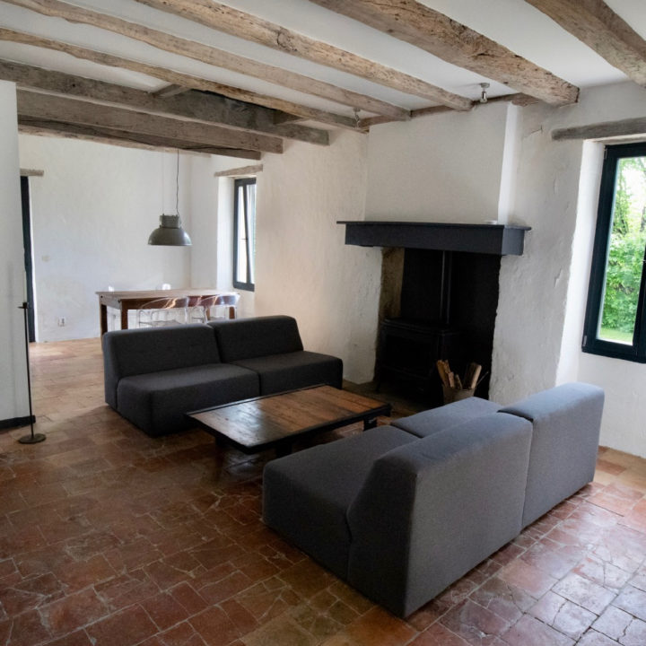 De comfortabele ruime woonkamer van La Ferme.