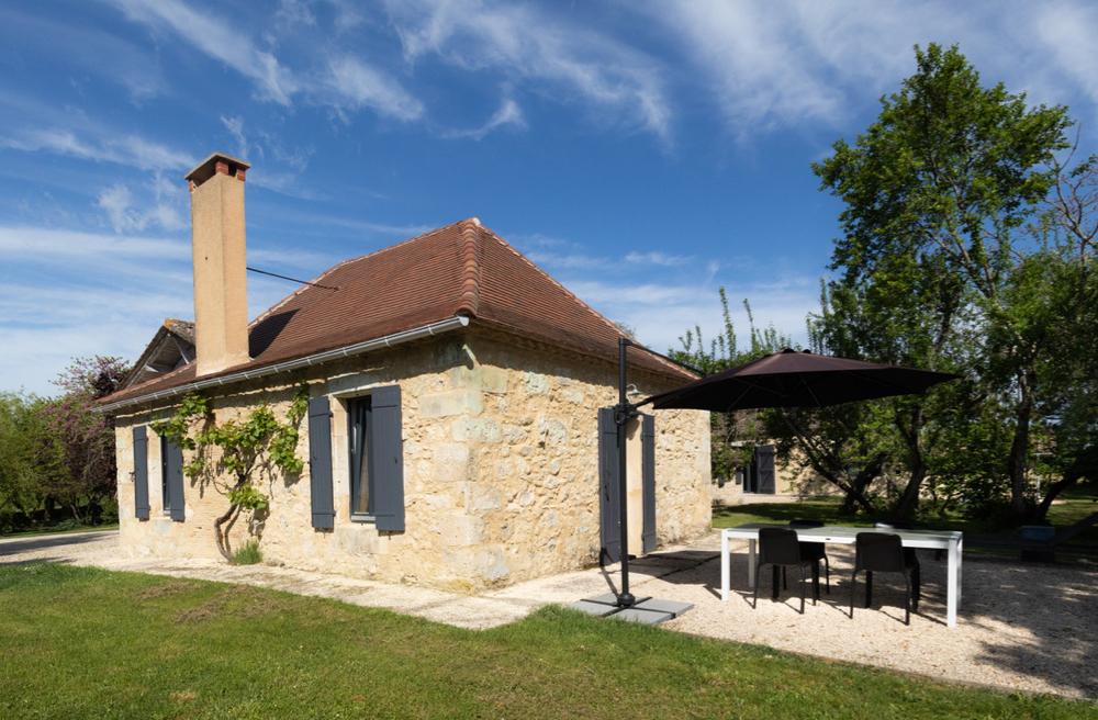 Een van de vakantiewoningen van Au Perier, met terras
