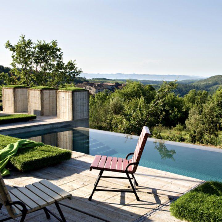 Zwembad met uitzicht over de groene heuvels in de Ardeche