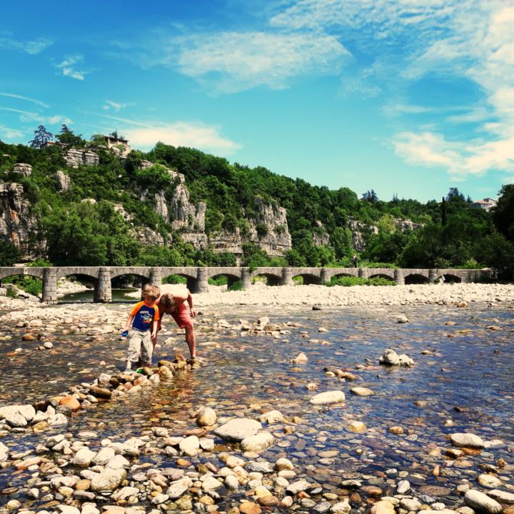 Spelen in een riviertje tijdens de vakantie in de Ardeche