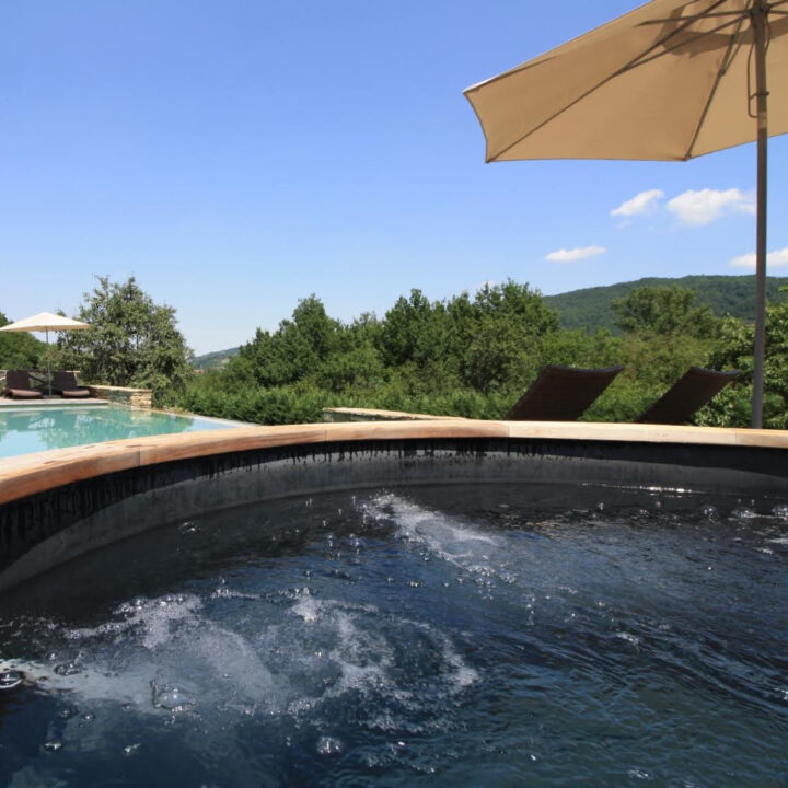 Bubbelende jacuzzi bij het zwembad in Italië