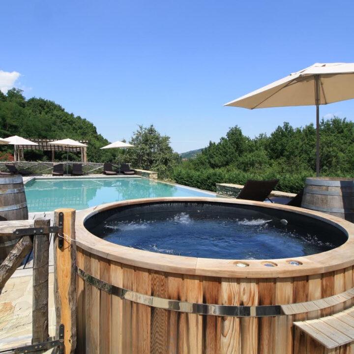 Hot tub aan de rand van het zwembad bij Casa Valle Erro