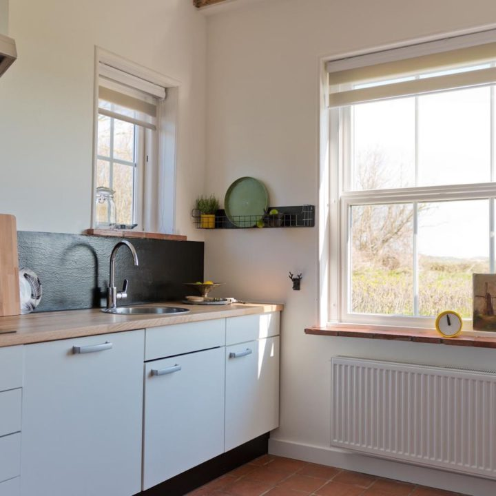 Lichte keuken met grote ramen in het vakantiehuis in Domburg