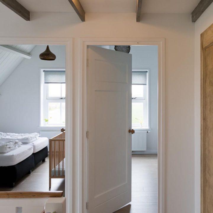 Overloop met open deuren naar twee slaapkamers