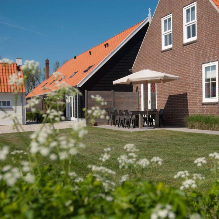 Terras in de tuin van het vakantiehuis in Domburg