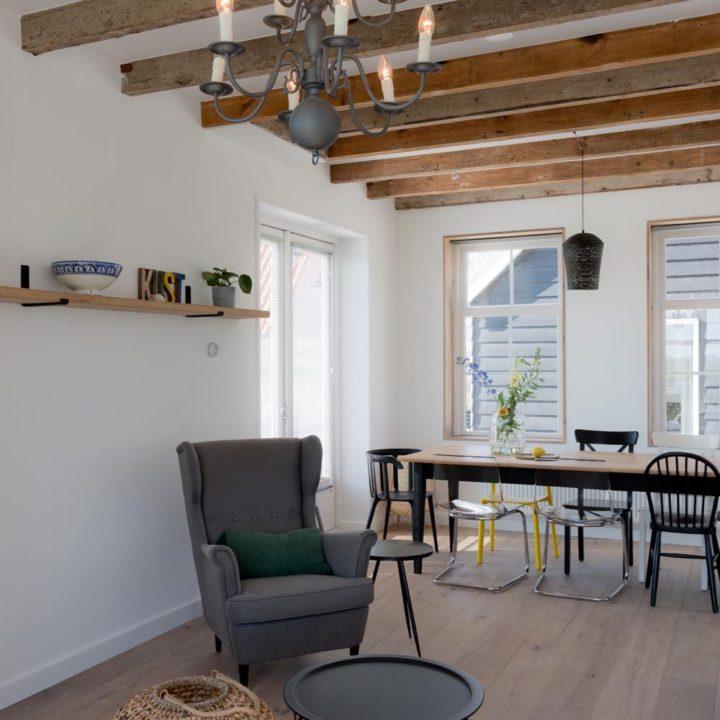 Zithoek en eettafel in het vakantiehuis in Domburg