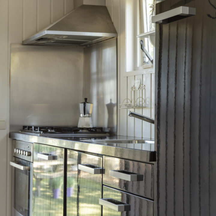 Donkere keuken in de woonwagen