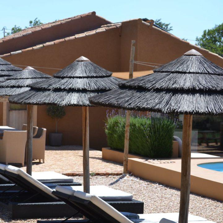 Een zwembad, groot terras, ligstoelen...