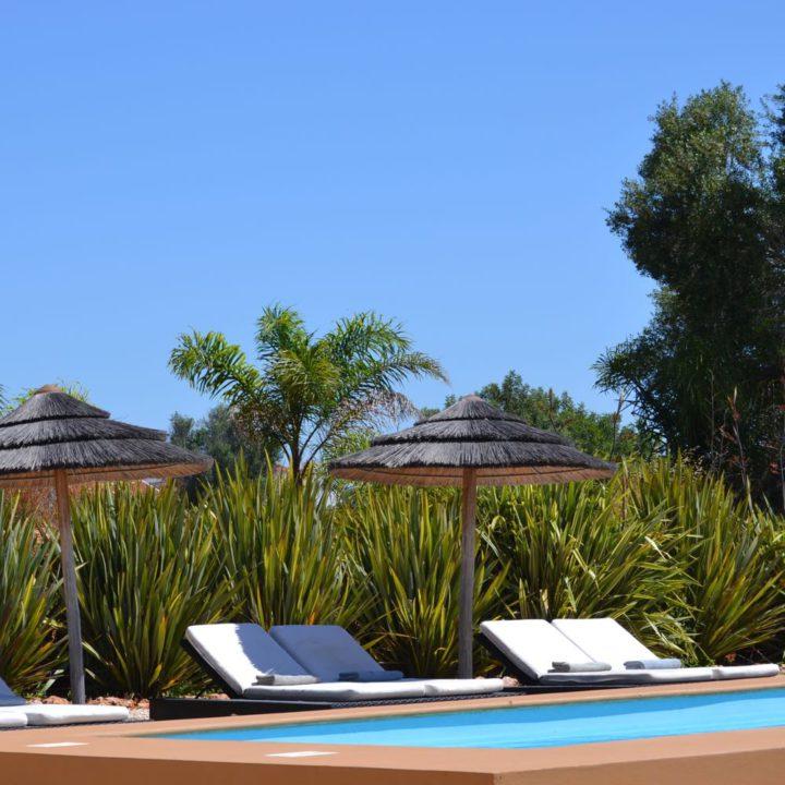 De Algarve Country Lodge heeft een grote tuin met eigen zwembad.