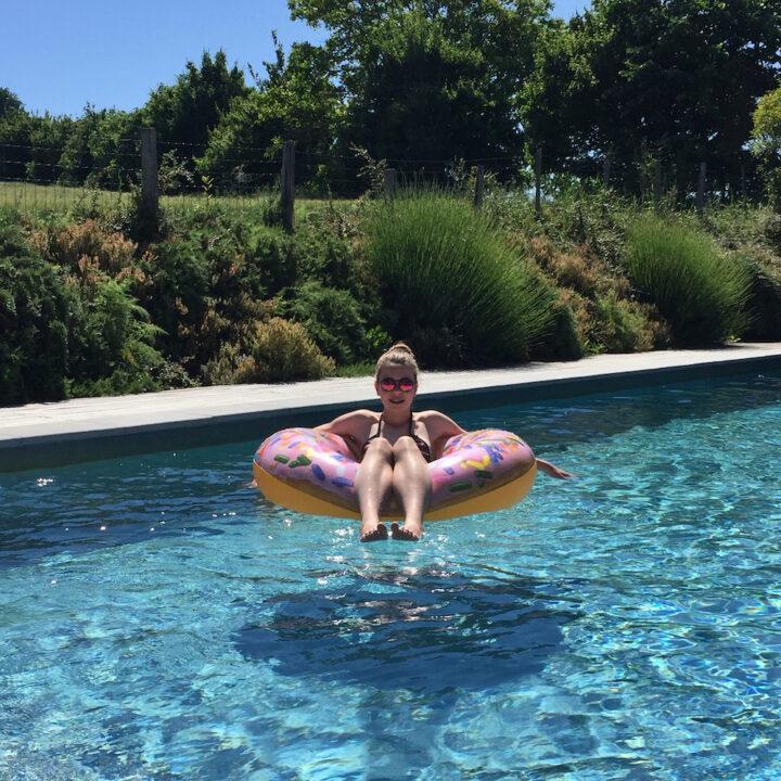 Vakantie! Meisje in een zwembad