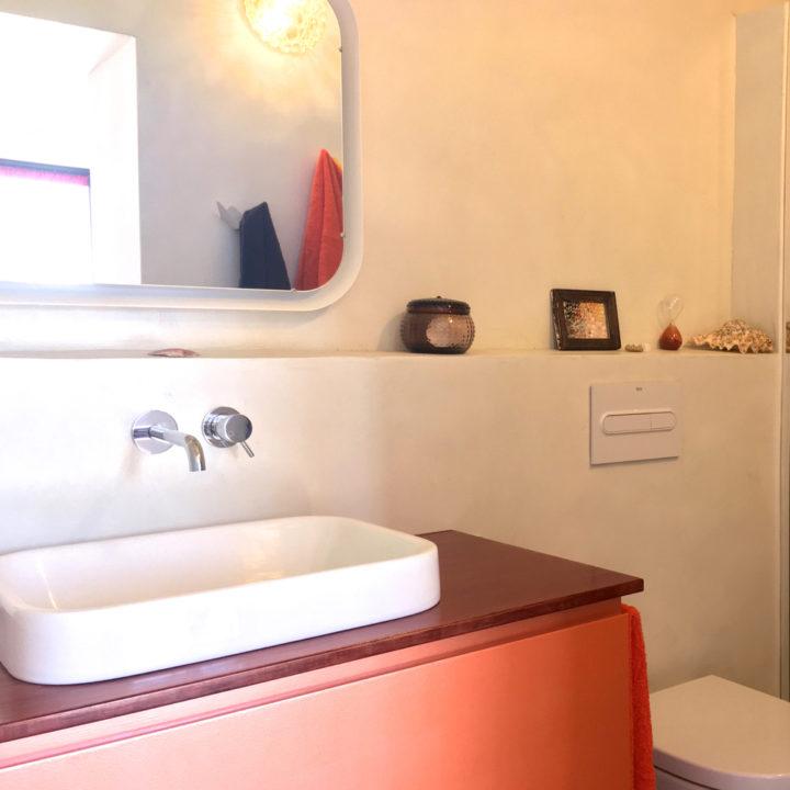 Badkamer met oranje rode details