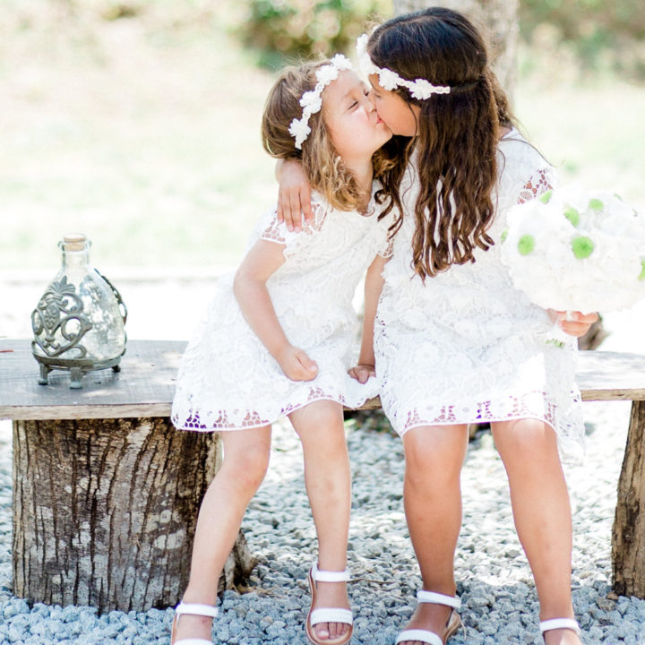 Twee bruidsmeisjes kussen elkaar