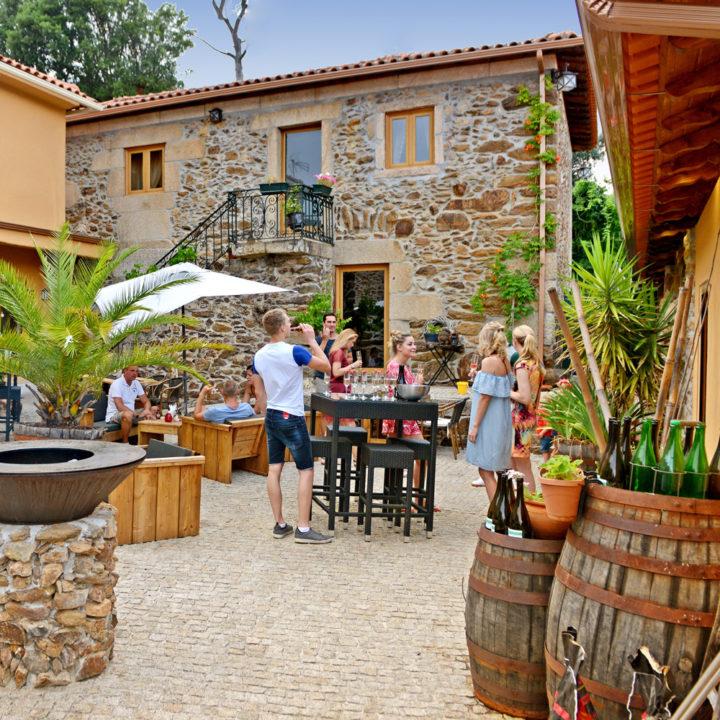 Borrelen met grote wijnvaten, barkrukken en blije gasten