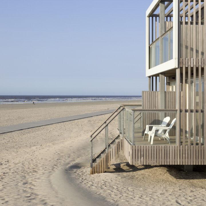 Balkon en terras bij de strandvilla's