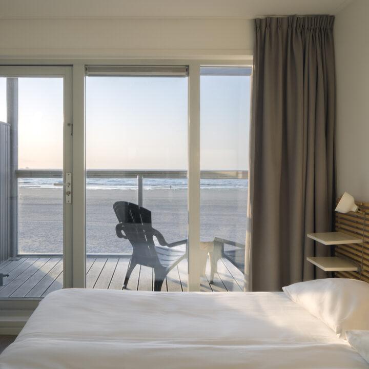 Zeezicht vanuit je bed in de strandvilla