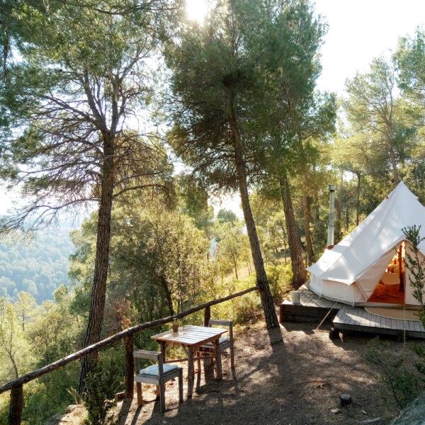 Bell tent tussen de bomen voor een glamping vakantie